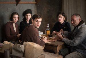 Die Unsichtbaren finden Schutz im Schoße ihrer Familien und Freunde. Quelle: © 2012 UNIVERSUM FILM GMBH