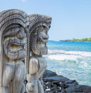 Geschnitzte Figuren erinnern an einen bis heute mystischen Ort. Bildquelle: shutterstock.com