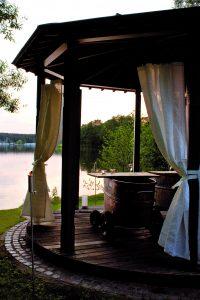 Wahrlich herrschaftlich und romantisch ist ein Mondschein-Moor-Bad mit Seeblick. Bildquelle: Bad Saarow Kur GmbH