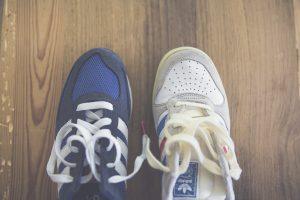 Die Auswahl der richtigen Schuhe sollte möglichst nicht nach der Optik erfolgen, sondern nach der Zweckmäßigkeit. Fragen Sie ggf. in einem Fachgeschäft nach speziellen Walking-Schuhen. Bildquelle: Pixabay.de