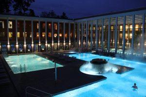 Wunderschön angelegt und einladend ist zu jeder Tageszeit auch das Außenbecken. Bildquelle: Bad Saarow Kur GmbH