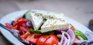 Feta verbindet man automatisch mit Griechenland, egal ob im Salat oder auf der Pizza. Bildquelle: Pixabay.de