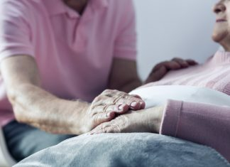 Herbert Jochen hat sich nach dem Tod seiner Frau zum Sterbebegleiter ausbilden lassen und empfindet dieses Ehrenamt als große Bereicherung. Bildquelle: shutterstock.com
