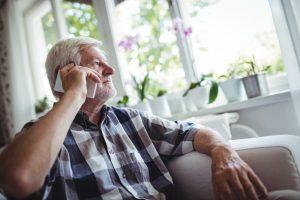 Ein bundesweites, an 365 Tagen im Jahr erreichbares Hilfetelefon - dafür kämpft Elke Schilling mit ihrer Initiative Silbernetz e. V.. Bildquelle: shutterstock.com