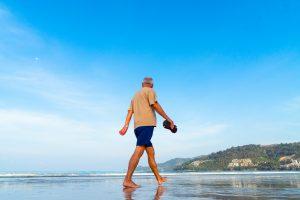Barfuss und im kalten Wasser laufen, lindert vorhandene Schmerzen und beugt vor. Bildquelle: Pixabay.de