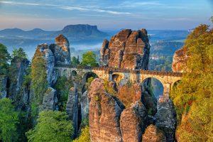 Neben den Wanderungen durch die wunderschöne Natur, begegnen Ihnen aber auch eine Vielzahl von Sehenswürdigkeiten wie z. B. die Basteibrücke. Bildquelle: Pixabay.de