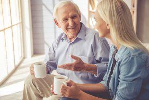 """Ein gesunder und vor allem offener Austausch zum Thema """"Wohnen im Alter"""" vermeidet ein unnötiges Kommunikationsproblem auf beiden Seiten. Bildquelle: shutterstock.com"""