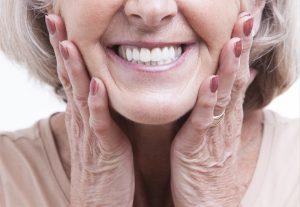 Ein strahlendes Lächeln ist nicht nur für die junge Generation wichtig. Bildquelle: shutterstock.com