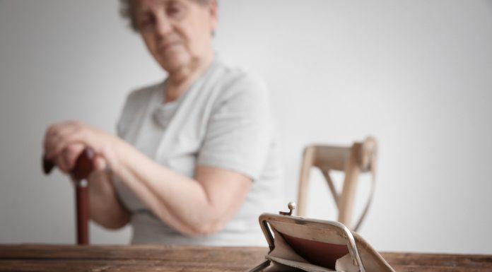Wenn jeder Euro zählt und alles dennoch immer teurer wird, lebt es sich nicht leicht im Alter. Bildquelle: shutterstock.com