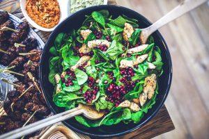 Granatapfel schmeckt hervorragend in Salaten, Süßspeisen und Getränken. Bildquelle: Pixabay.de