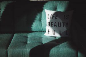 Mit oder ohne Hyaluron - Wir sind ja der Meinung das jede Falte im Gesicht eines Menschen ein Stück seines Lebens repräsentiert. Bildquelle: Masaaki Komori on Unsplash.com