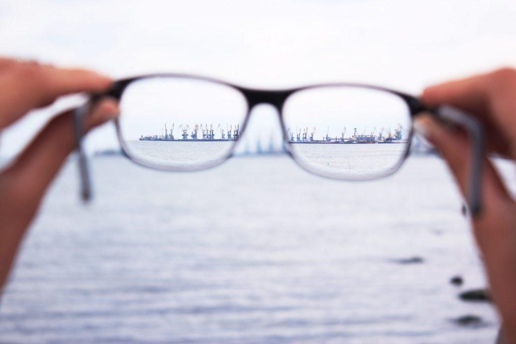 Veränderungen der Sehfähigkeit sollten Sie regelmäßig beim Augenarzt und nicht nur beim Optiker überprüfen lassen. Bildquelle: Elene Taranenko / Unsplash.com