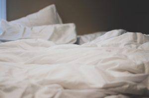 Die richtige Bettdecke ist unter anderem das Geheimnis für einen tiefen und entspannten Schlaf. Bildquelle: Pixabay.de