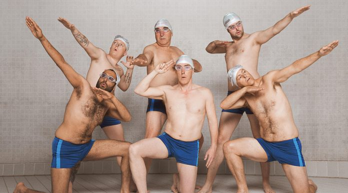 SWIMMING WITH MEN: Einmal posen bitte! Quelle: ©AlamodeFilm