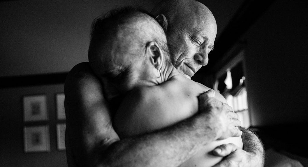 Am Ende ihres Lebens. Das Ehepaar Howie and Laurel Borowick hätte sich in ihrer 34-jährigen Ehe nie vorstellen können gleichzeitig die Diagnose Krebs im Endstadium zu erhalten. New York, März 2013. Foto: © Nancy Borowick