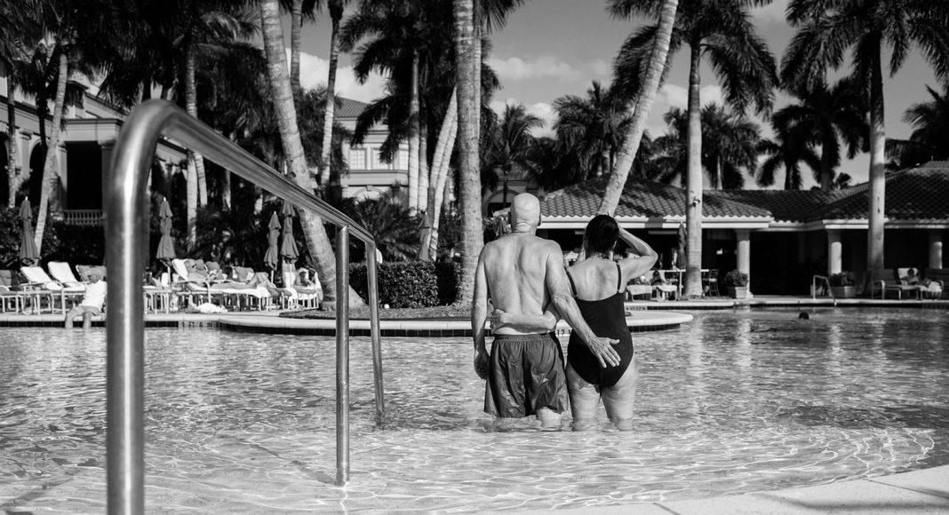 Zwischen zwei Chemotherapien gönnen sich Howie und Laurel Borowick einen Kurzurlaub, denn die kommende Zeit wird für sie beide und die gesamte Familie eine große Herausforderung werden. Florida, Januar 2013. Foto: © Nancy Borowick