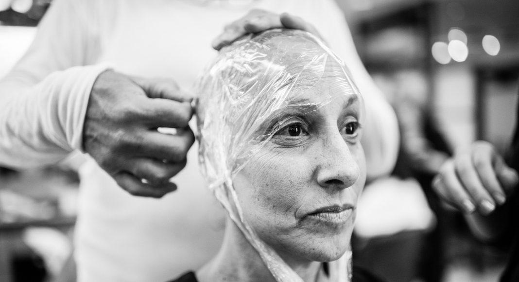 Laurel Borowick lässt sich eine neue Perücke anpassen, denn durch die Chemotherapie hat sie ihre Haare verloren. New York, Februar 2013. Foto: © Nancy Borowick
