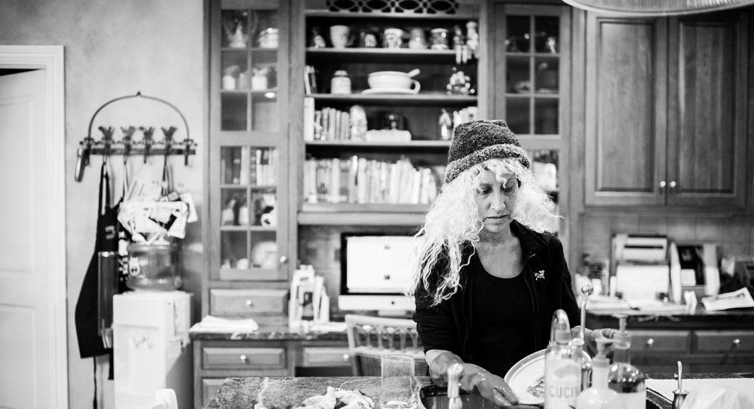 Laurel genießt alles was sich nach normalem Alltag anfühlt. Selbst den Abwasch macht sie gern. New York, Februar 2013. Foto: © Nancy Borowick