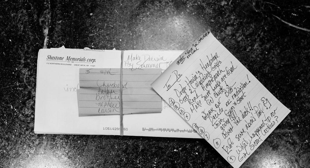 Letzte Dinge wollen erledigt werden. Laurels Notizen zum Grabstein für ihren Ehemann Howie, ein Buch, daß sie noch lesen und einen Kuchen, den sie noch einmal backen will. New York, Mai 2014. Foto: © Nancy Borowick