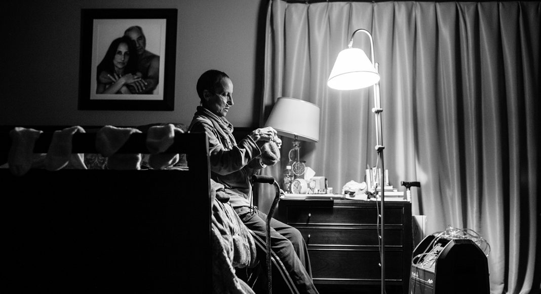 Laurel fällt das Atmen zunehmend schwerer. Ein Sauerstoff-Gerät ist nun ihr ständiger Begleiter. Sie wird von ihrer Familie und einem ambulanten Hospizdienst betreut. New York, November 2014. Foto: © Nancy Borowick