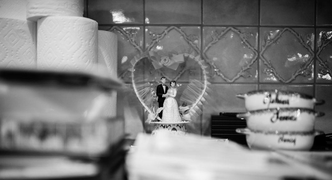 Beim Hausputz gefunden. Laurel und Howies Hochzeitstorten-Schmuck. 1979 haben sie geheiratet und standen noch am Anfang ihres gemeinsamen Lebens. New York, Februar 2015. Foto: © Nancy Borowick