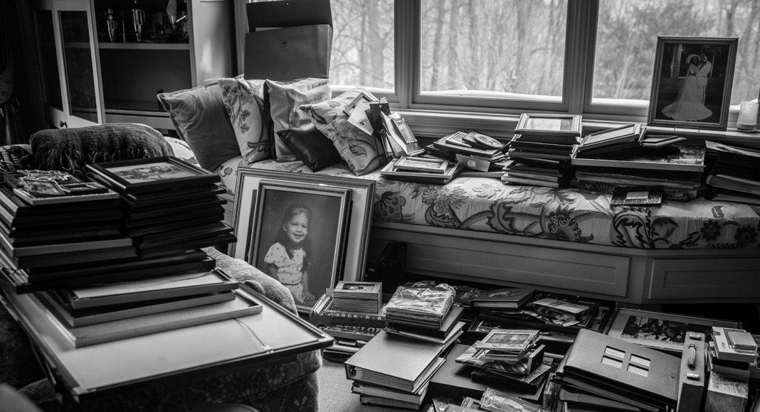 Ein Kapitel wird geschlossen. Das Haus, in dem Laurel und Howie mit ihren drei Kindern gelebt haben, wird verkauft. Bilder und Fotografien erinnern an ein Leben, das reich und voller Liebe war. New York, Februar, 2015. Foto: © Nancy Borowick