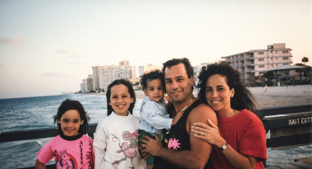 """Eine Familienidylle aus vergangenen Tagen. Howie und Laurel Borowick mit ihren drei Kindern. Ganz links Nancy, ihre Tochter und Fotografin von """"A Family Imprint"""". Foto: © Nancy Borowick"""