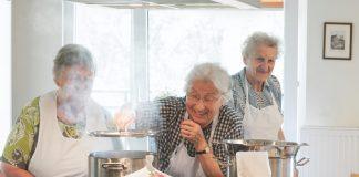 """So viel Spaß kann kochen machen, besonders mit tatkräftiger Unterstützung durch durch einen großen Erfahrungsschatz. © Caro Hoene aus """"Wir haben einfach gekocht"""", Umschau Verlag 2015"""