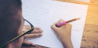 Gestalten Sie gemeinsam mit uns die erste Demenz Fibel. Ein Nachschlagewerk mit vielen wichtigen Tipps, Ratschlägen und Empfehlungen rund um das Thema Demenz. Bildquelle: shutterstock.com