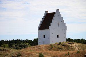 Die versandete Kirche ein wenig außerhalb von Grenen. Bildquelle: Pixabay.de