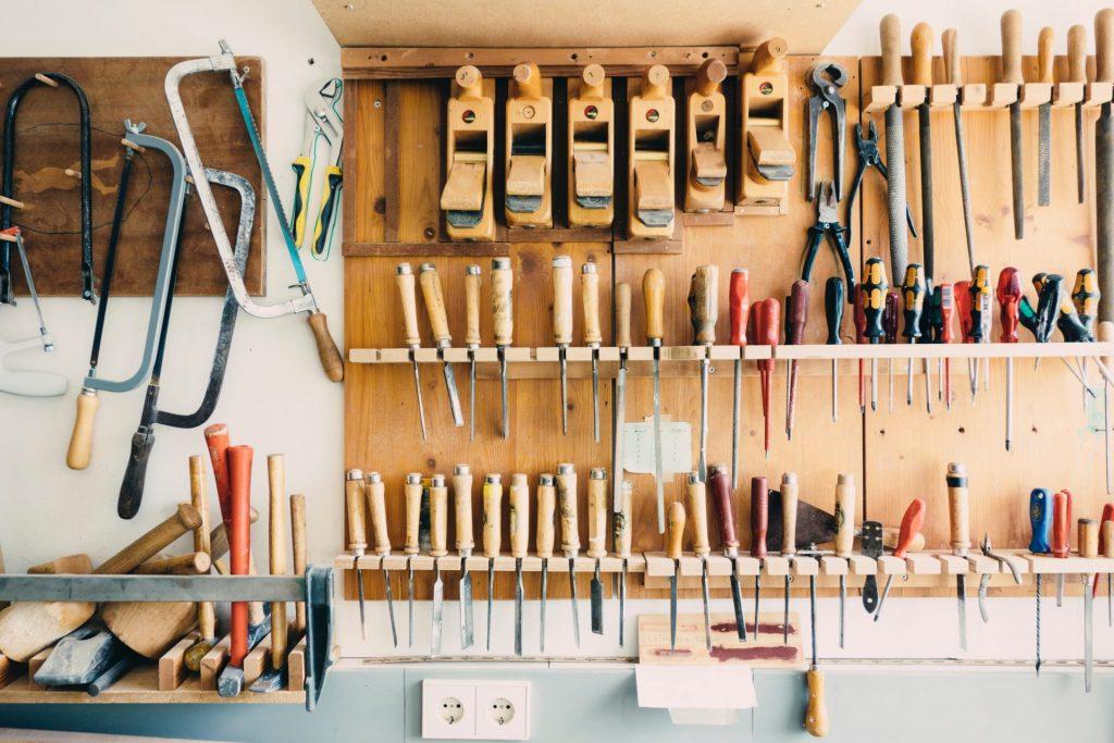 Handwerkliche Dinge wie reparieren oder renovieren sind längst nicht mehr nur eine Männersache. Bildquelle: ©Barn Images/Unsplash.com
