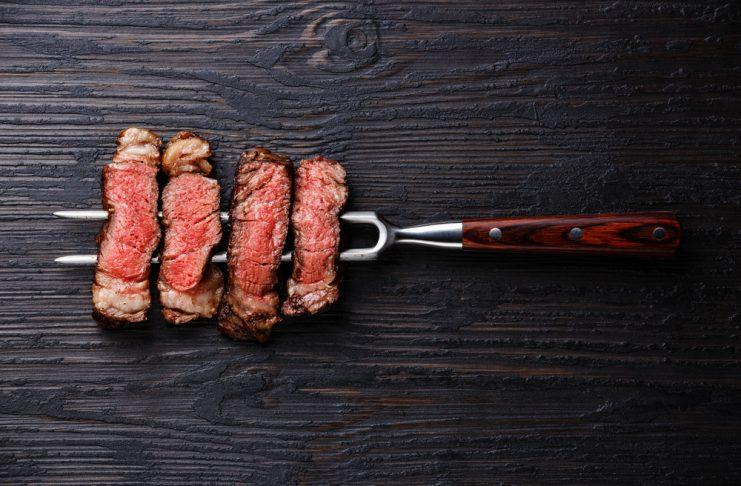 Temperatur und Zeit spielen beim Grillen mit dem Smoker ein entscheidende Rolle. Bildquelle: shutterstock.com