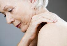 Verspannungen im Nacken verursachen häufig unangenehme Schmerzen. Bildquelle: shutterstock.com
