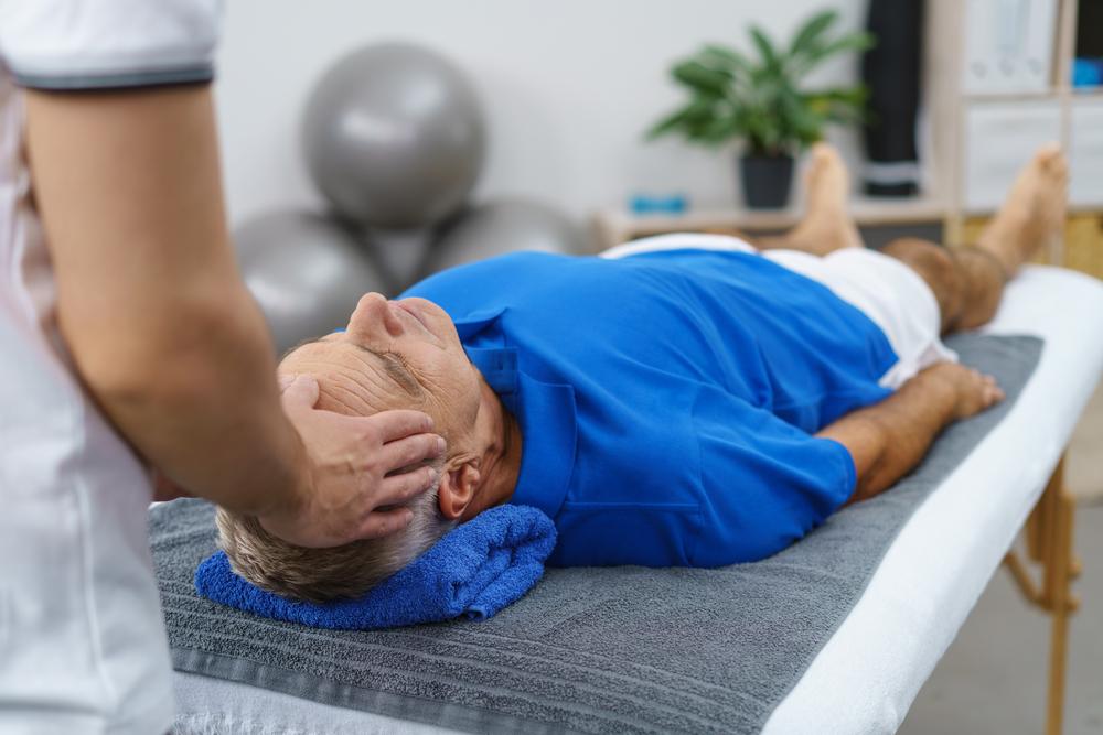 Oft kann nur ein Physiotherapeut helfen. Doch leider muss man häufig zu lage auf einen Termin warten. Bildquelle: shutterstock.com