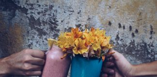 Wenn im Kopf alles durcheinander ist und man wichtige Dinge wie das Trinken vergisst, helfen liebevolle Unterstützungen. Bildquelle: ©Pez Gonzalez/Unsplash.com