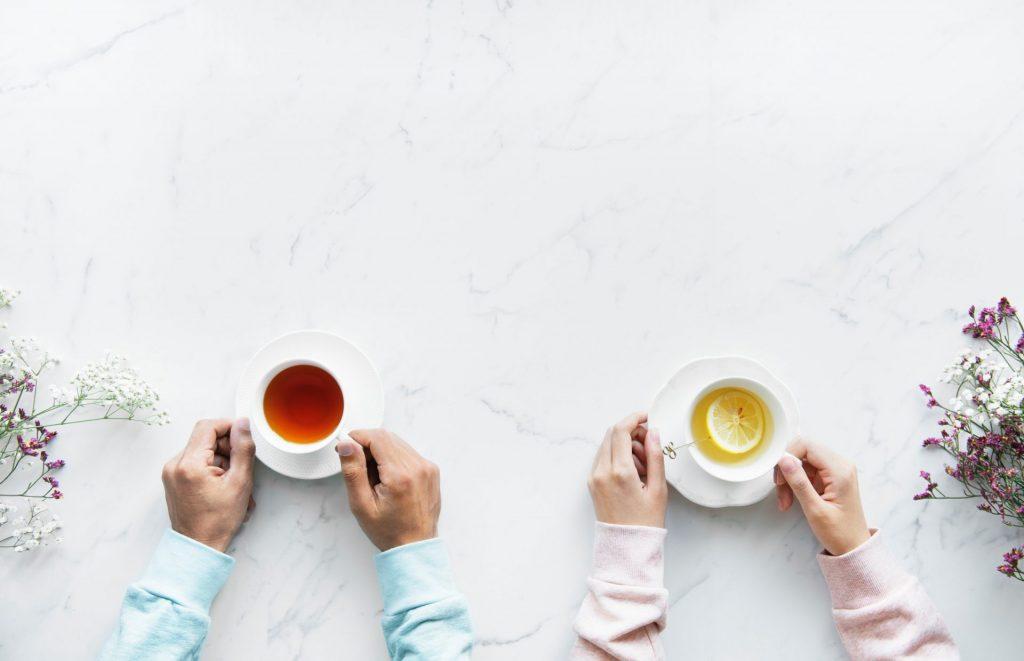 Feste Rituale, wie z. B. ein gemeinsamer Tee, helfen einem an Demenz erkrankten Menschen sehr, das Trinken nicht zu vergessen. Bildquelle: © rawpixel / Unsplash.com