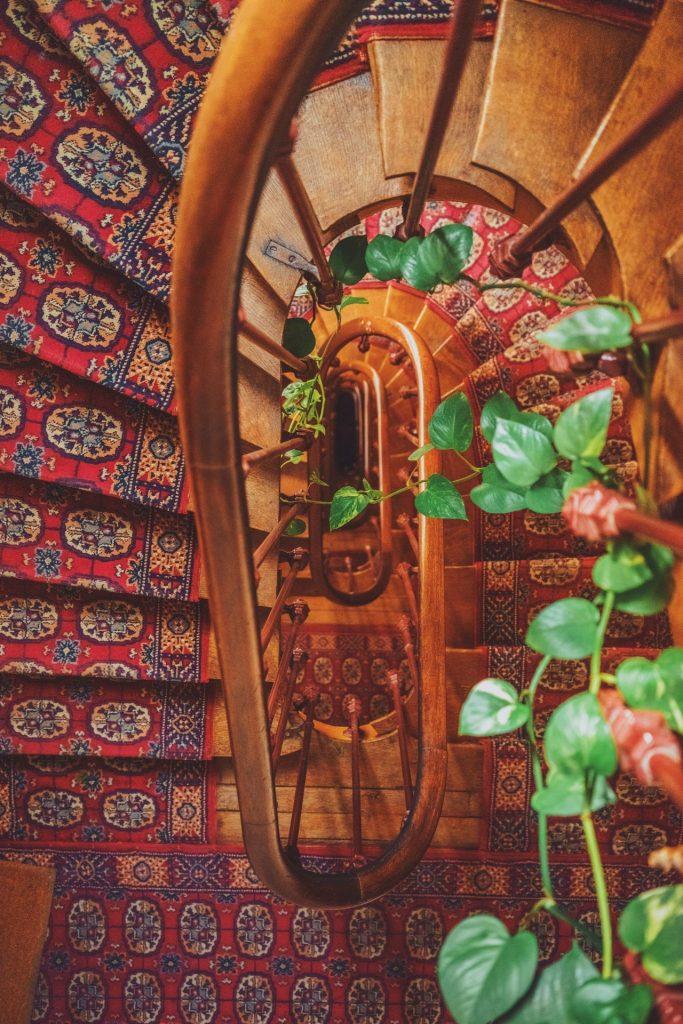 So manches Treppenhaus wäre mit einem Treppenlift keine Hürde mehr. Bildquelle: ©Alessio Lin / Unsplash.com