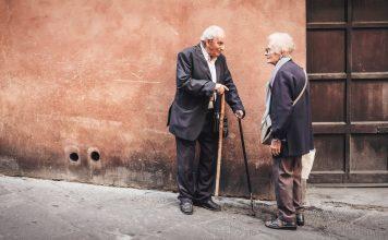 Begegnungen auf der Straße und einen kleinen Plausch halten, ist für viele ältere Menschen oft nicht mehr möglich, weil sie ihre Wohnungen wegen der vielen Treppenstufen nicht mehr verlassen können. Bildquelle: ©Cristina Gottardi / Unsplash.com