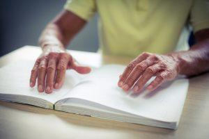 Schon mit dem Beginn des Verlustes der Sehkraft sollten wir beginnen uns mit möglichen Alternativen wie z. B. der Blindenschrift vertraut zu machen. Bildquelle: shutterstock.com