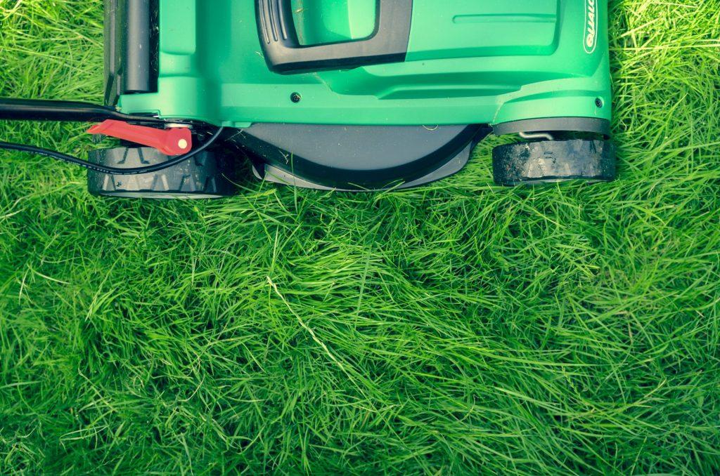 Auch ein Rasenmäher könnte ganz wunderbar geteilt werden. Doch leider neigen wir oft dazu immer etwas eigenes haben zu wollen. Bildquelle: ©Daniel Watson / Unsplash.com