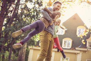 Für viele junge Familien ist bezahlbarer Wohnraum mindestens genauso schwer zu finden, wie kleinere aber bezahlbare Wohnungen für Menschen der Generation 59plus. Bildquelle: shutterstock.com