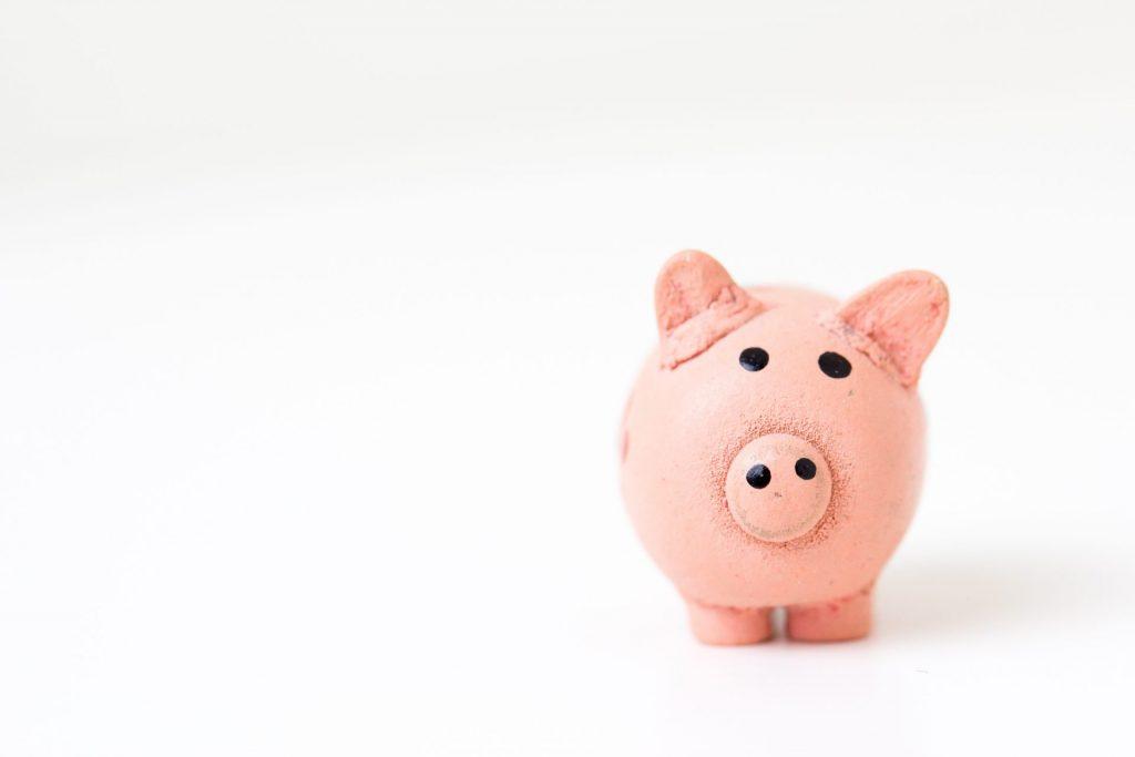 In den letzten Jahren haben die Sparschweinchen nur wenig Futter bekommen, da aufgrund der dauerhaft niedrigen Zinsen das Sparen nicht mehr attraktiv ist. Bildquelle: ©Fabian Blank/Unsplash.com