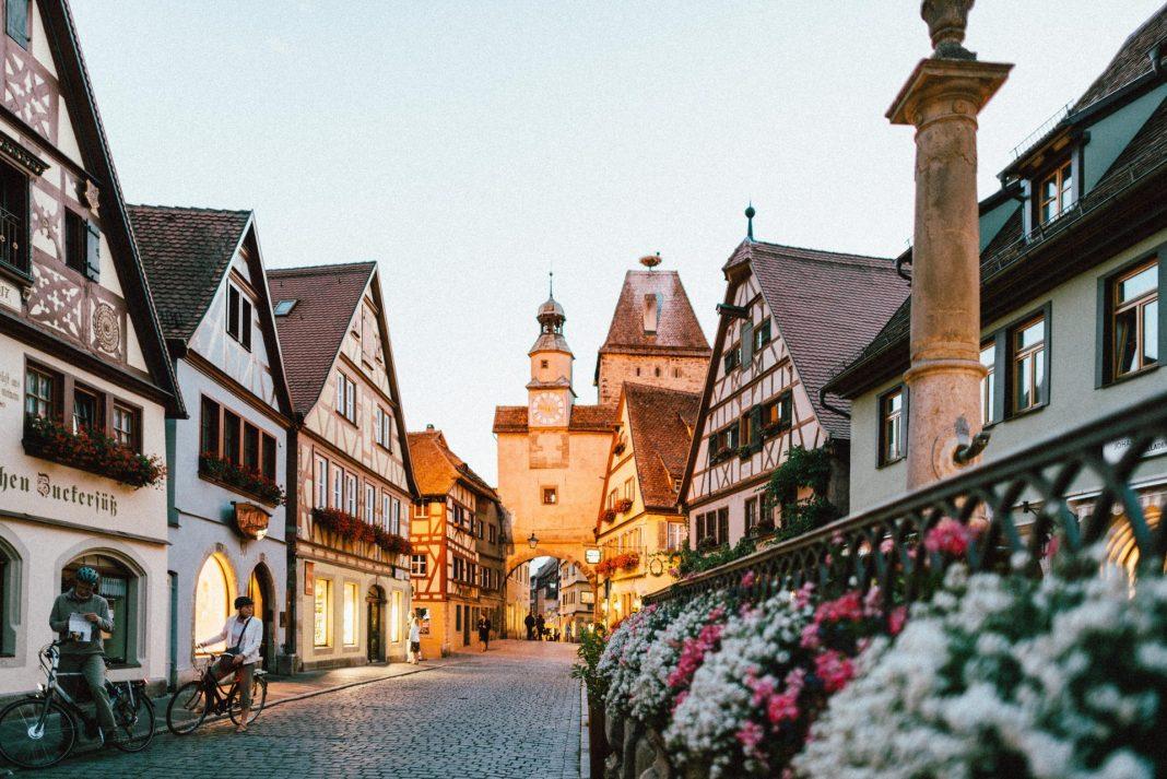 Deutschland ist bekannt für seine Fachwerkromantik, wie hier in Rothenburg ob der Tauber. Bildquelle: Roman Kraft/Unsplash.com