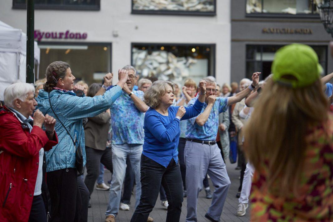 Der Apothekerverband Nordrhein e. V. unterstützt zum zweiten Mal den Seniorenflashmob in Düsseldorf. Bildquelle: 59plus GmbH
