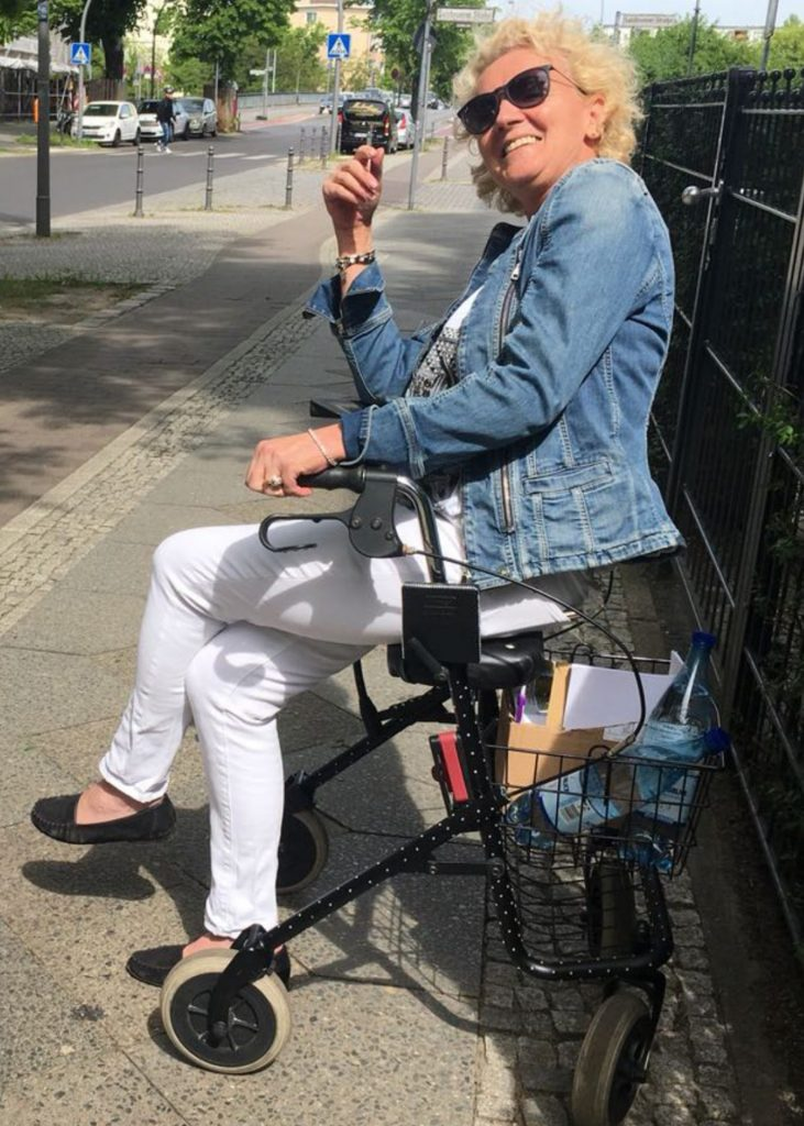 Bettina Schwäbl, Inhaberin von Rollchic, auf ihrem Rollator. Bildquelle: Bettina Schwäbl/Rollchic