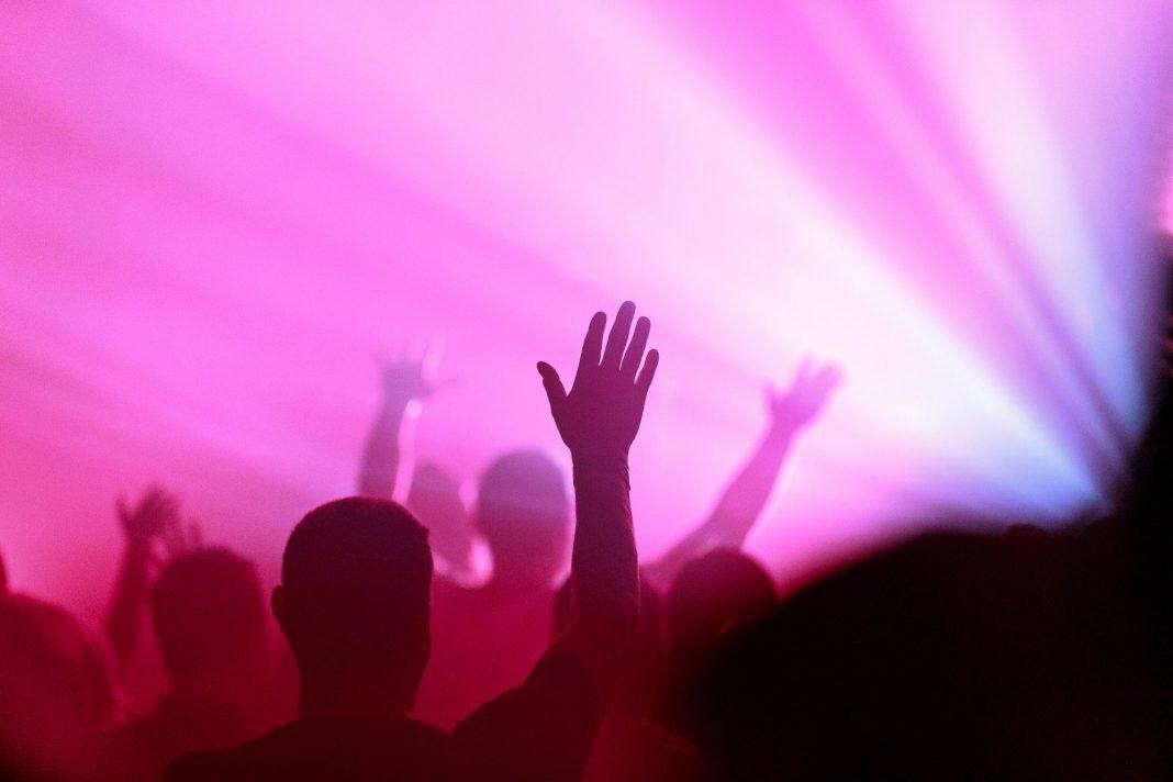 Auch Menschen mit Demenz genießen einen Konzertbesuch mit allen Sinnen. Bildquelle: © James Coleman / Unsplash.com