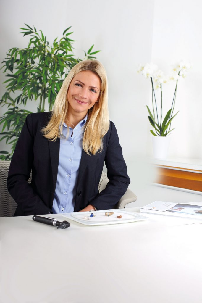 Ina Seel von Vitakustik Hörgeräte ist Hörakustikmeisterin und Gebietsleiterin im Raum Düsseldorf. Bildquelle: Vitakustik Hörgeräte
