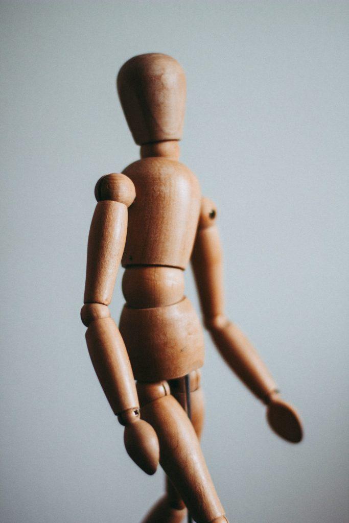 Eine schlechte Haltung ist nicht selten verantwortlich für Probleme im Nacken- und Schulterbereich. Bildquelle: © Kira auf der Heide / Unsplash.com