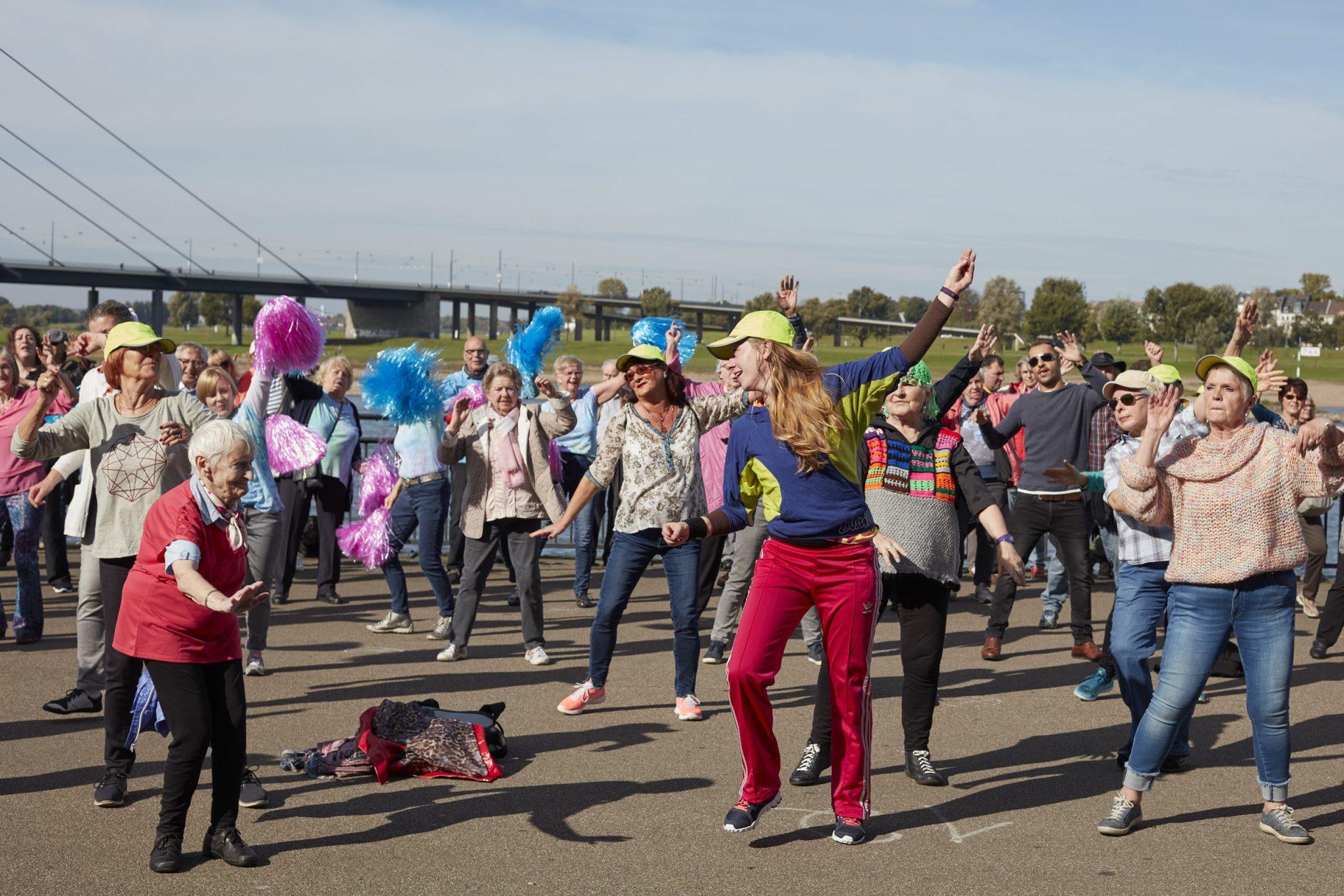 Das Leben feiern und dem Abenteuer Alter ein Gesicht geben - der Seniorenflashmob. Bildquelle: © Bine Bellmann