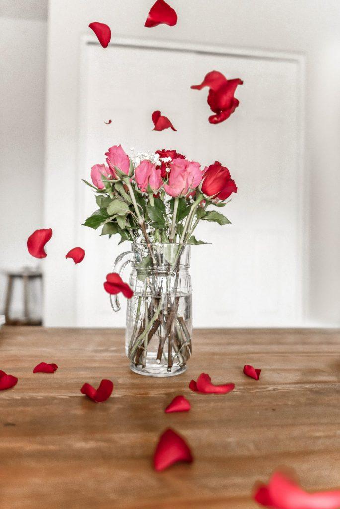 Wenn es wieder kribbelt und man rote Rosen regnen lassen möchte, darauf muss man auch in der Generation 59plus nicht verzichten. Bildquelle: © Element5 Digital / Unsplash.com